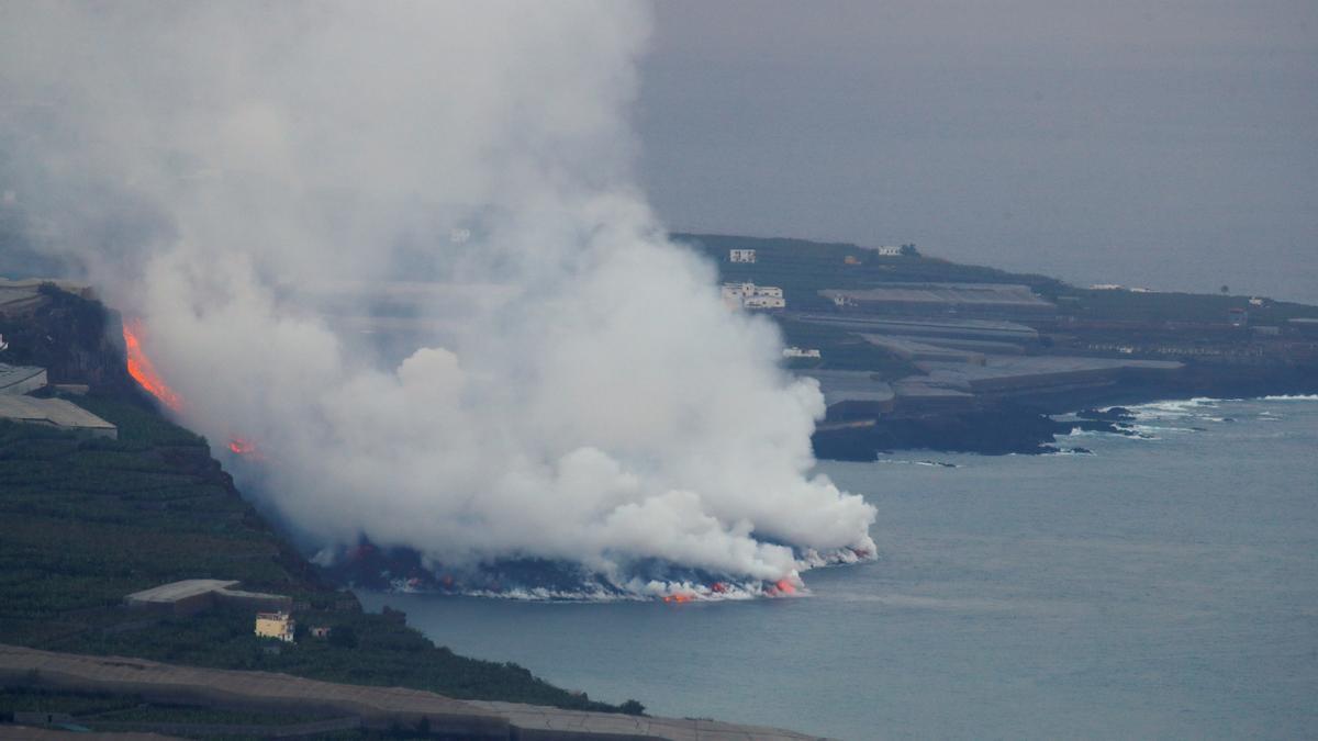 Una gran columna de vapor de agua es visible desde varios kilómetros.