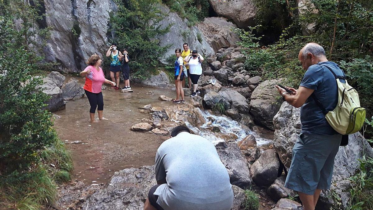 Un grup de persones a la zona dels Empedrats, a prop del riu Bastareny | ARXIU/ORIOL TRASSERRA