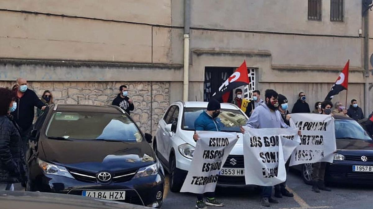 Protesta en los juzgados de Elda cuando declararon los dos jóvenes.
