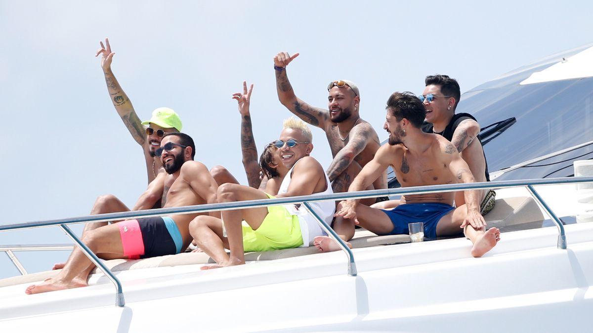 Neymar navega con unos amigos en Ibiza