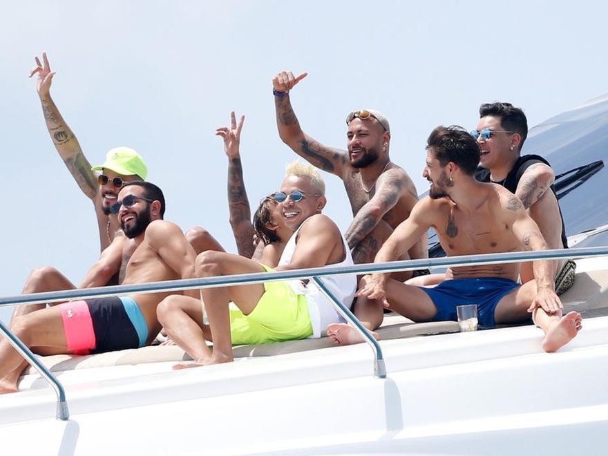 Neymar pasa sus vacaciones en Ibiza a bordo de un yate de 60.000 euros a la semana
