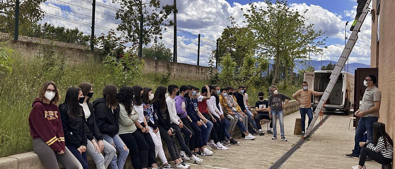 Alumnes observant com un tècnic col·loca caixes-niu a l'institut Les Foies de Benigànim.   IES LES FOIES DE BENIGÀNIM