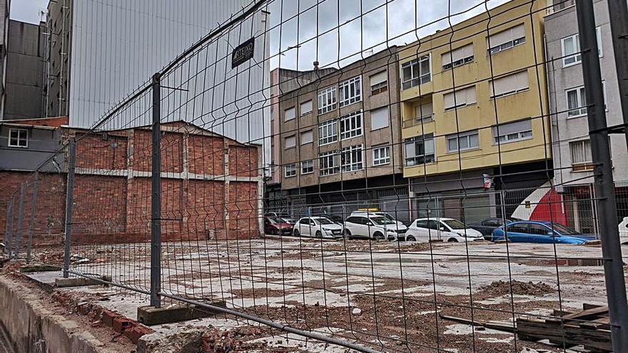 La antigua sala de fiestas Eva, en el centro de Arteixo, reducida a escombros y a vallas