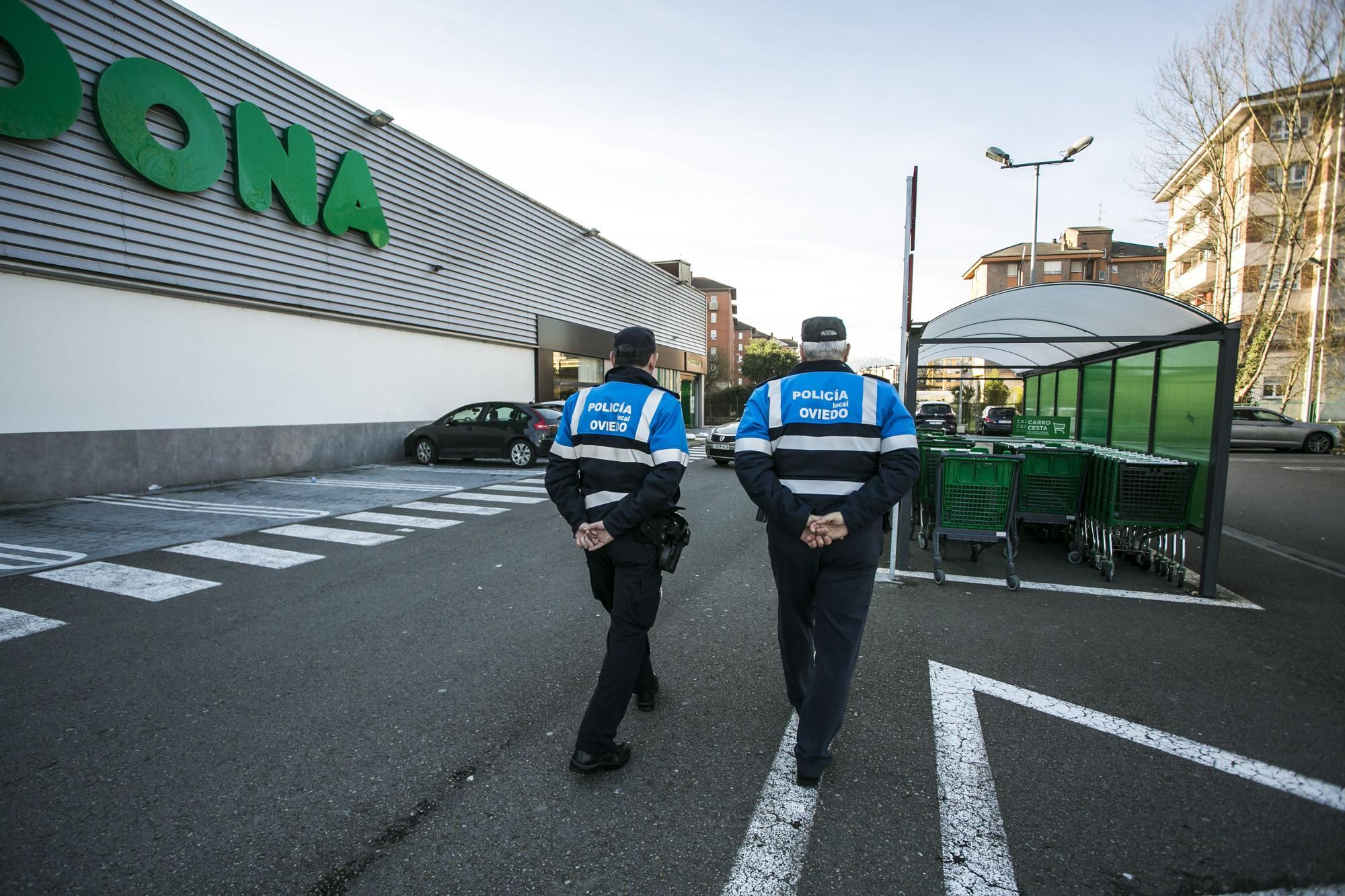 Controles policiales en los supermercados de Oviedo