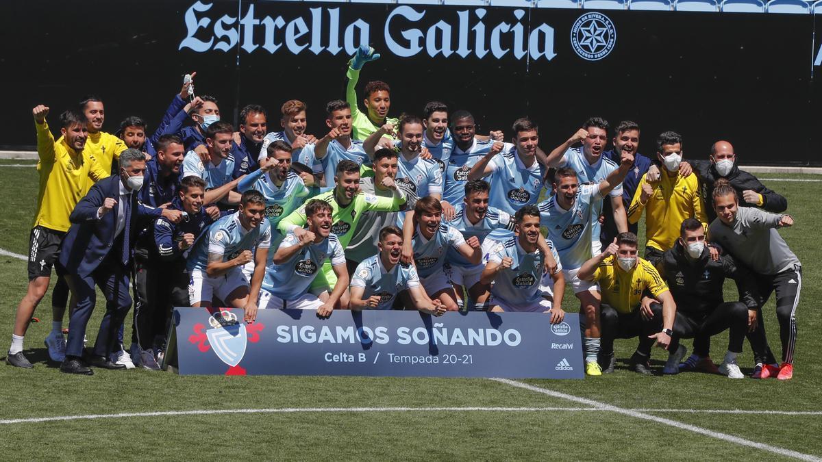 Los jugadores del Celta B celebran su clasificación para la fase de ascenso a Segunda.