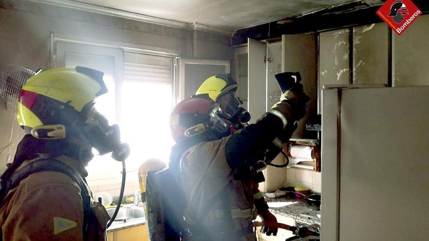El fuego calcina la cocina de un séptimo piso en Villena