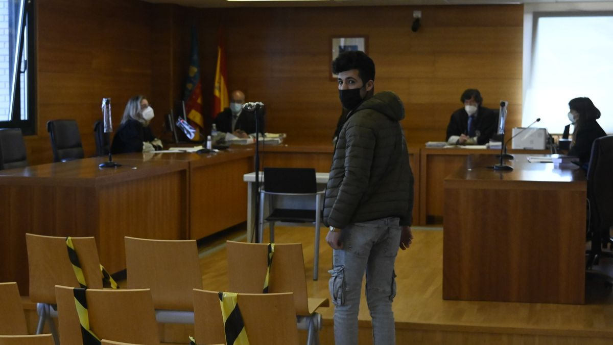 El ya condenado, en el banquillo de los acusados de la Audiencia Provincial.