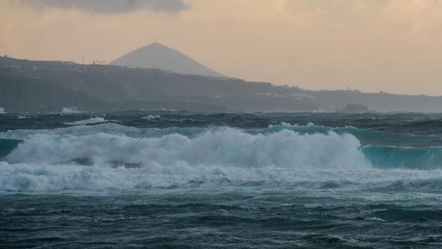 La mala mar obliga a decretar prealerta en la provincia occidental y Gran Canaria