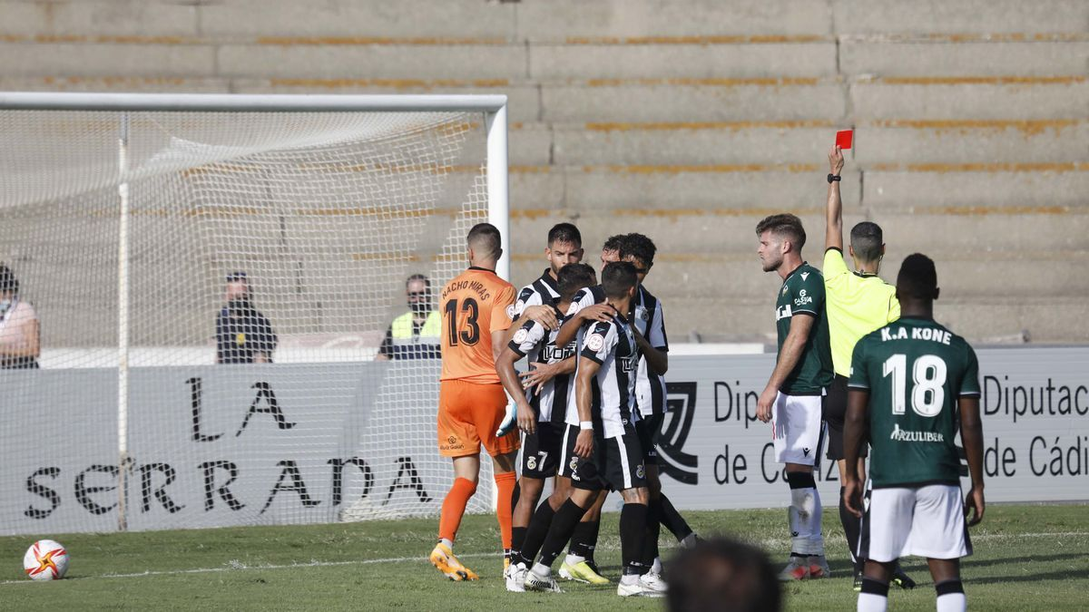 Expulsión de Mario Barco, a los dos minutos del gol del Linense.