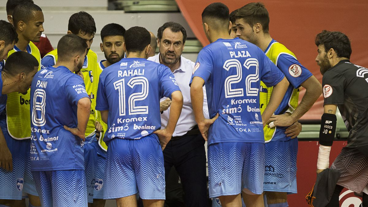 El técnico Carlos Sánchez da instrucciones a sus jugadores durante uno de los partidos de la presente campaña.