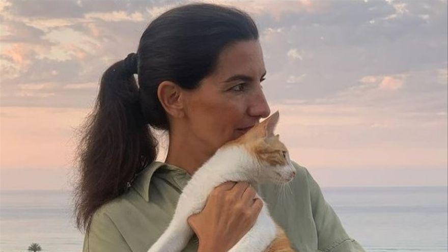 Rocío Monasterio posa con su gato 'Feminista' y se lo dedica a la alcaldesa de Gijón
