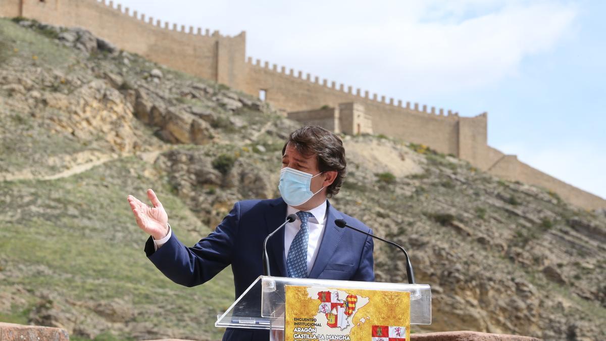 El presidente de la Junta de Castilla y León, Alfonso Fernández Mañueco, tras su reunión con el presidente del Gobierno de Aragón, Javier Lambán, y con el presidente de  Castilla-La Mancha, Emiliano García-Page.