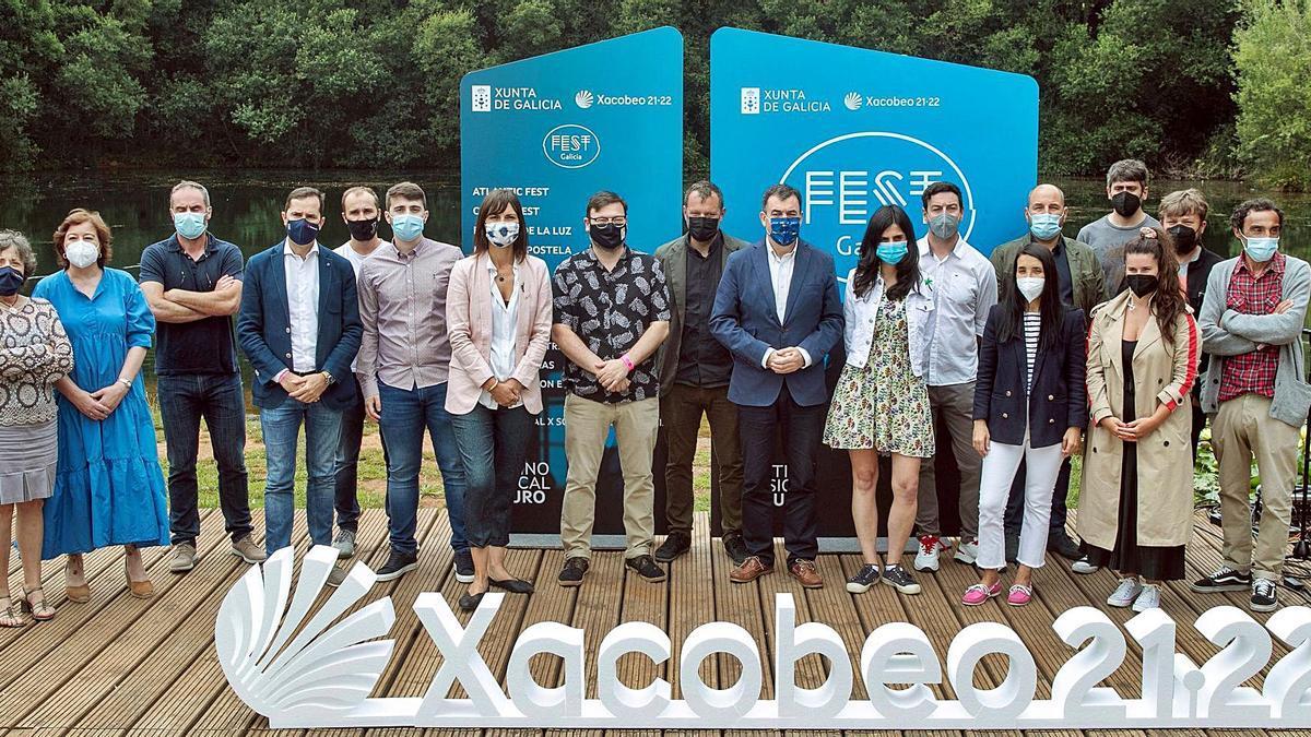El conselleiro de Cultura, Román Rodríguez (9º dcha.), y el director da Agadic, Jacobo Sutil (4º izq.),  junto a representantes de las empresas promotoras de los principales festivales de música gallegos. |   // XOÁN REY