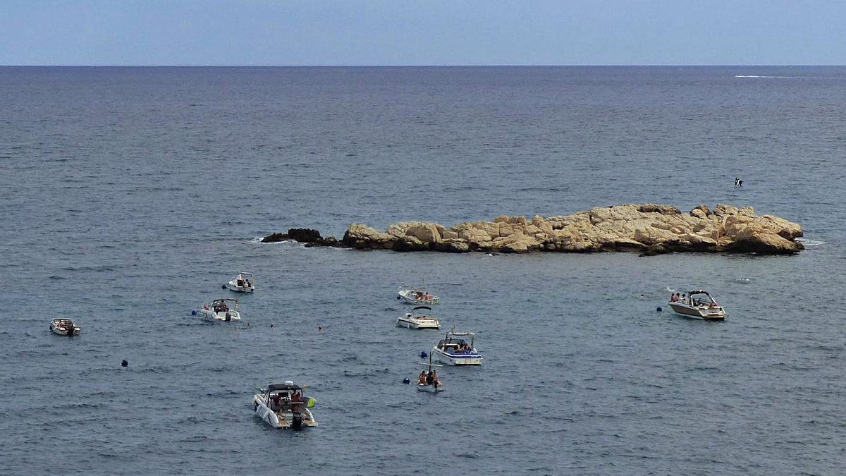 Diverses embarcacions utilitzant les boies instal·lades al voltant de la roca del Cargol | JORDI CALLOL