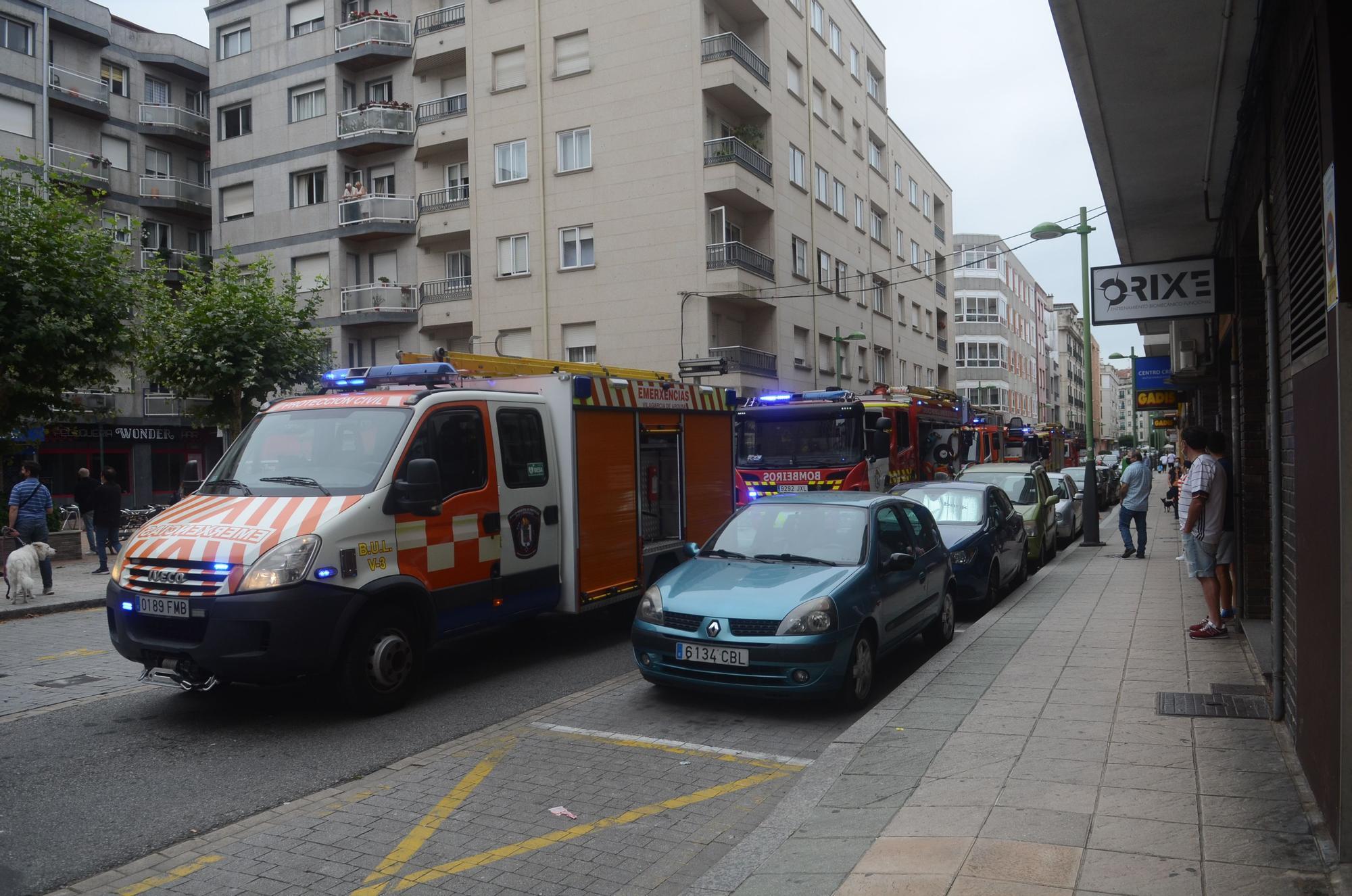 Desalojan un edificio en el centro de Vilagarcía tras un fuego en la cocina de un piso
