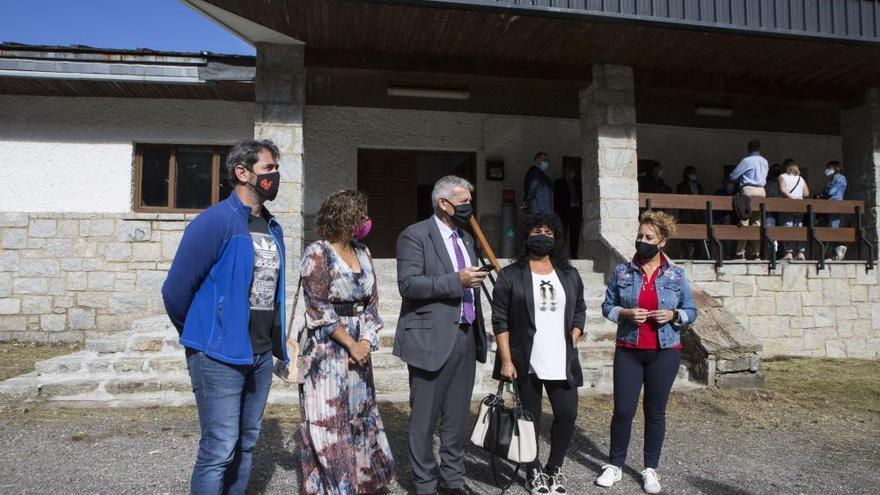 El rector de la Universidad visita el albergue de Pajares