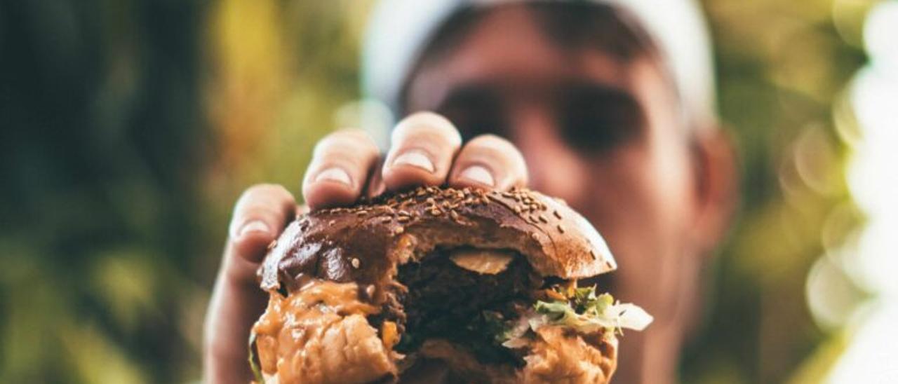 Una mujer encuentra un dedo humano de un empleado mientras se comía una hamburguesa