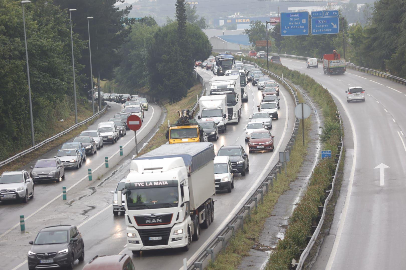 Colas kilométricas en la en la Y, a la altura de la salida de la ronda sur de Oviedo
