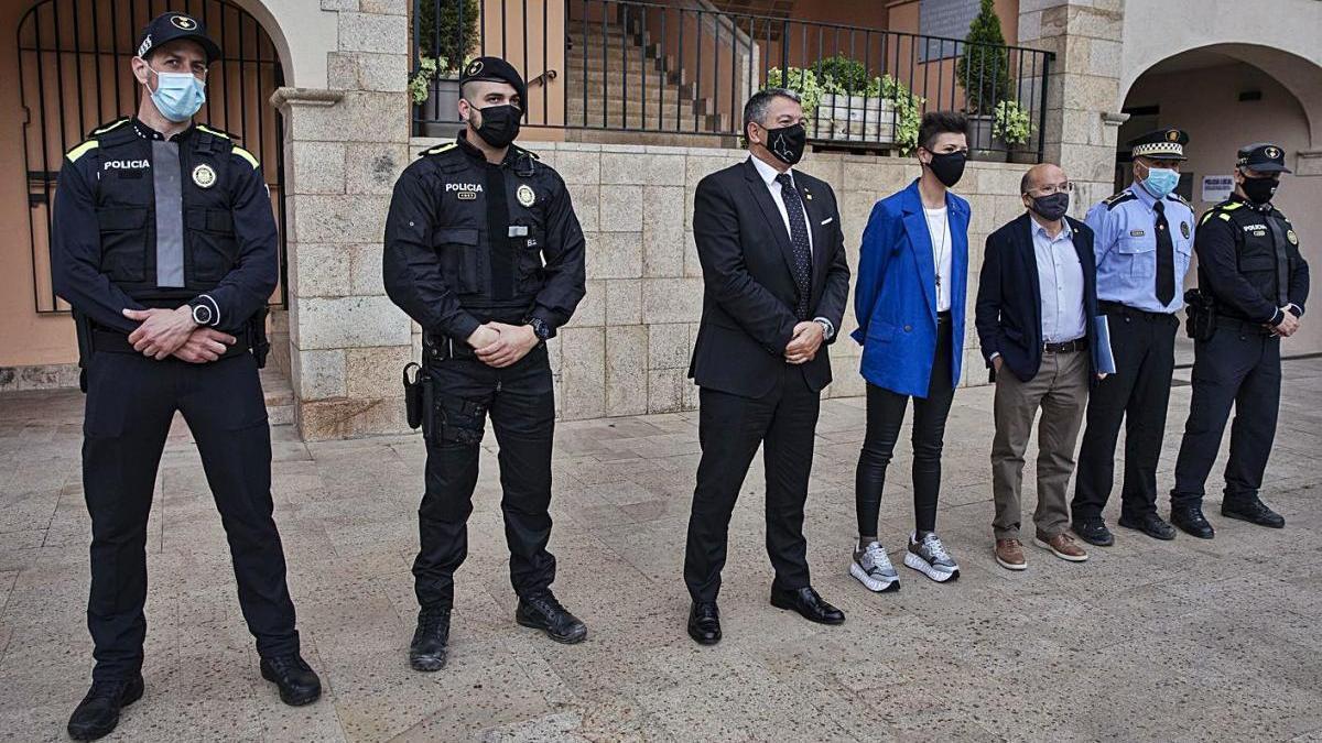 Membres de la Policia Local, amb el conseller d'Interior i l'alcaldessa de Maçanet, ahir.