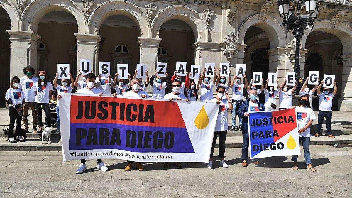 Concentración en María Pita para pedir justicia por el asesinato de Diego Bello.