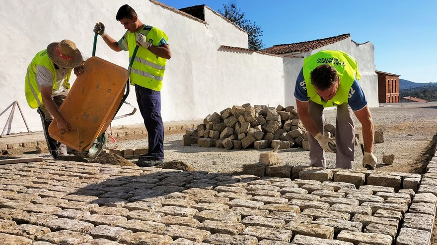 Comienzan las obras del AEPSA de Monesterio con el adoquinado del ensanche de la Plaza del Mercado