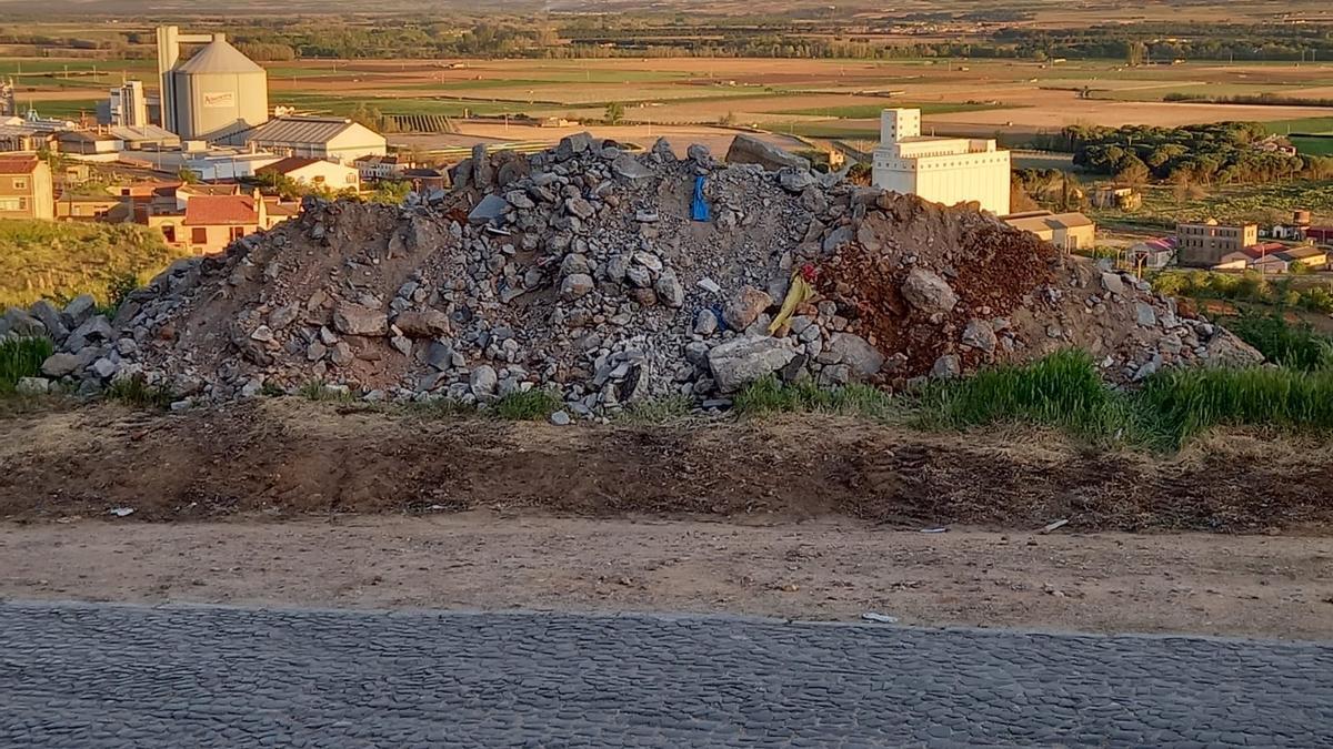 Escombros procedentes de una obra en Toro acumulados en el barrio del Carmen