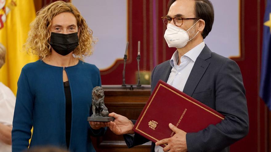 Fernando Garea recibe el premio Josefina Carabias de periodismo parlamentario