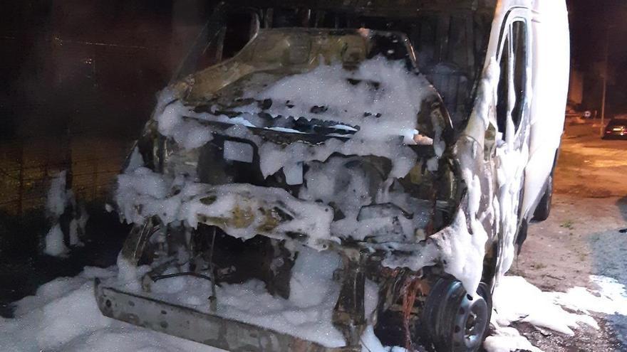 La furgoneta incendiada en Carril.