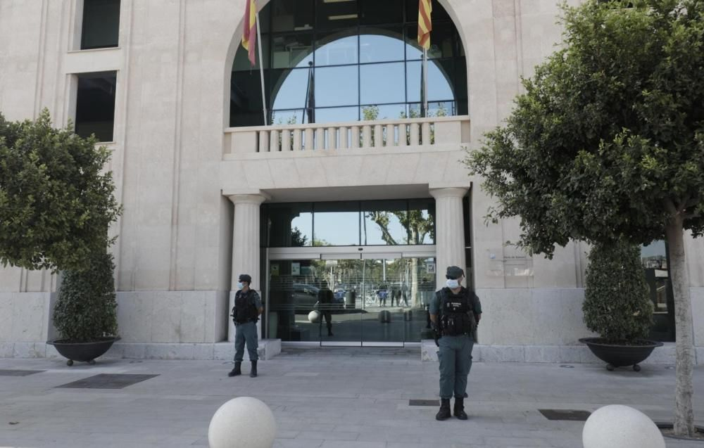 Agentes de la Guardia Civil en la sede de la Autoridad Portuaria de Baleares.