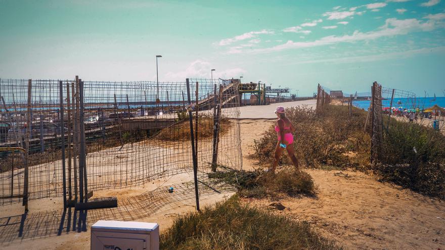Acuamed deja sin vallado de seguridad al paseo inacabado del Muelle de la Sal de Torrevieja