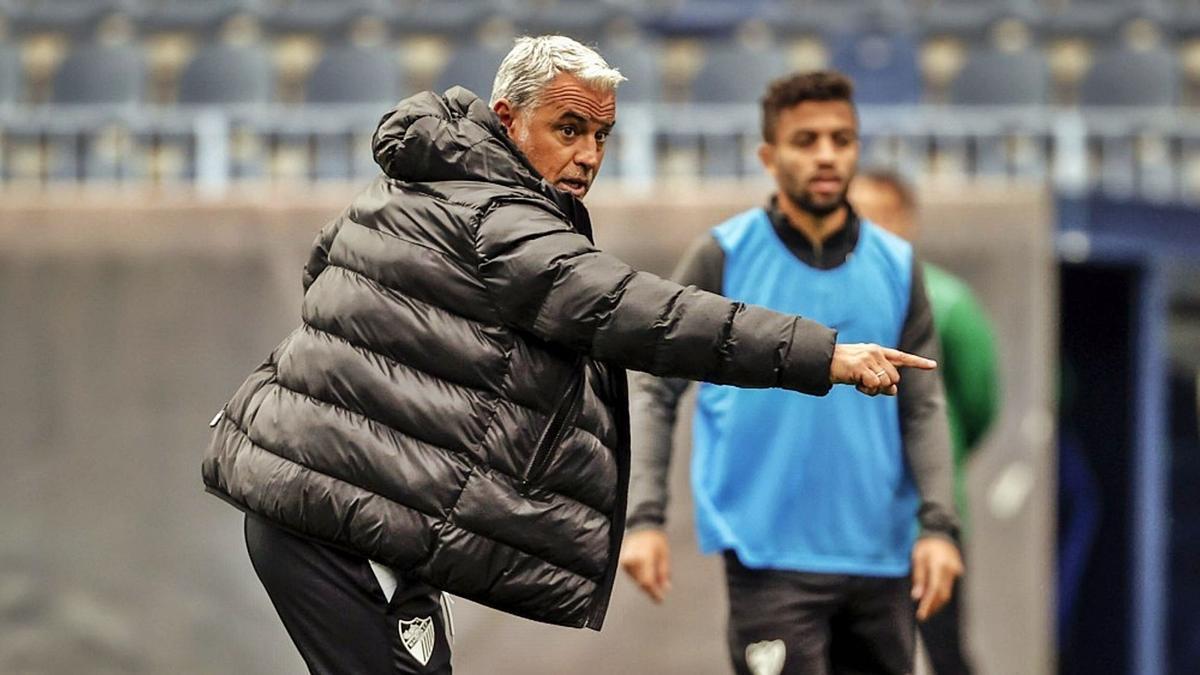 El entrenador del Málaga, Sergio Pellicer, durante un entrenamiento