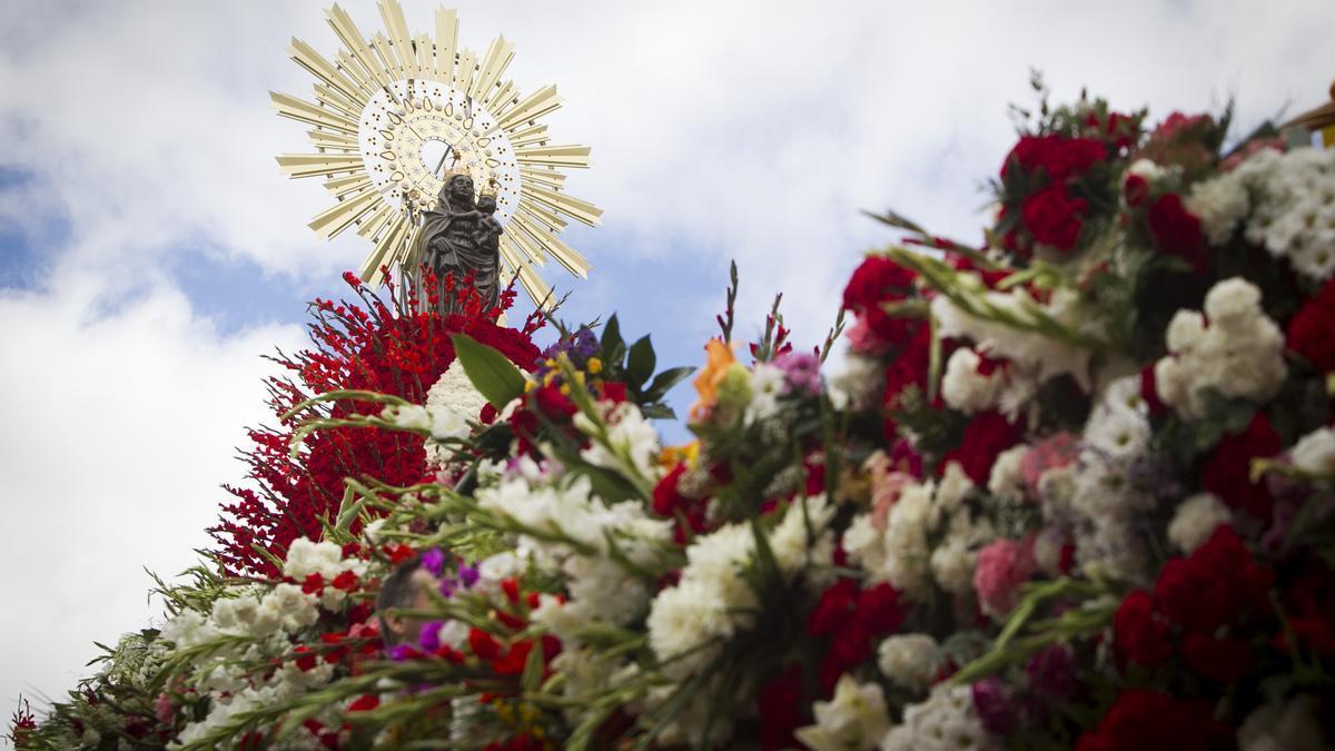 La virgen del Pilar, engalanada con su manto de flores.