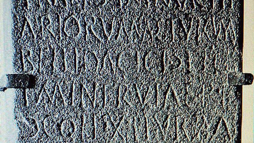 Réplicas de las lápidas romanas halladas en el tendido férreo se expondrán en Ujo