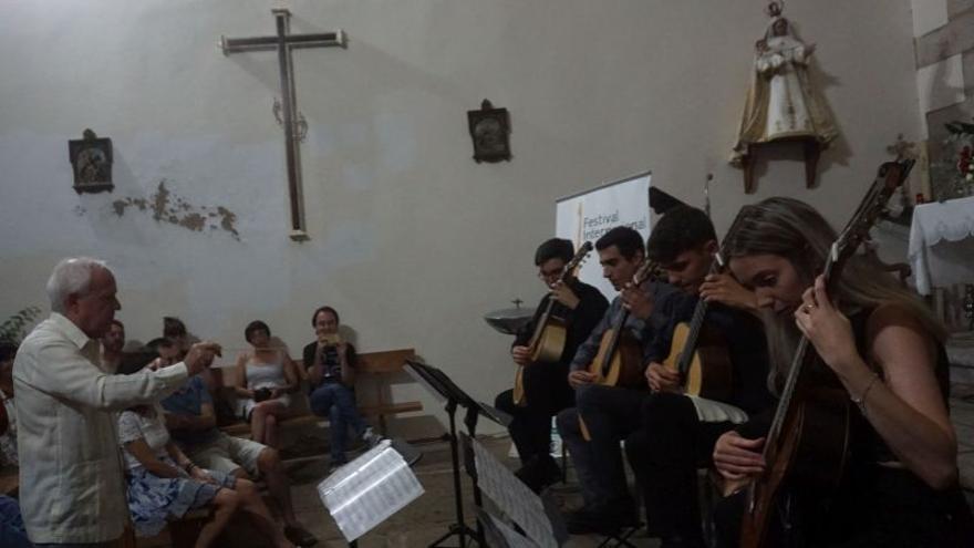 Luis Alejandro García,  Mario Pino,  Carlos Molina y Orquesta de Guitarras
