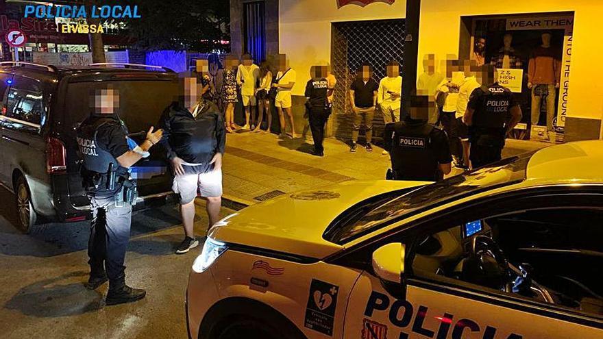 La Policía Local de Ibiza intercepta un taxi pirata con 10 personas en su interior