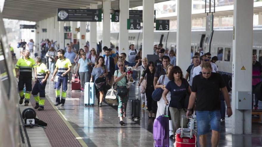 Renfe restablece el lunes el servicio ferroviario entre Alicante y València, suspendido desde la gota fría