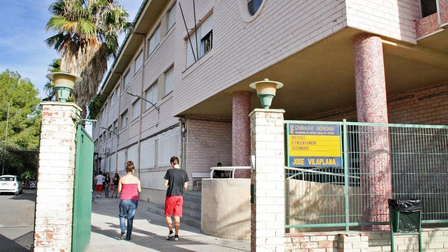 Los padres de un IES de Vinaròs critican que están sin conserje