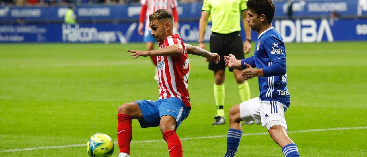 Fran Villalba controla el balón ante Jimmy