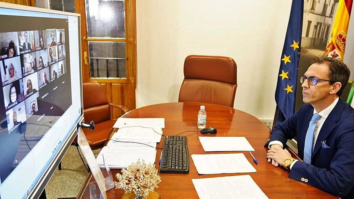 El alcalde de Pozoblanco, en su despacho durante el pleno telemático.   RAFA SÁNCHEZ