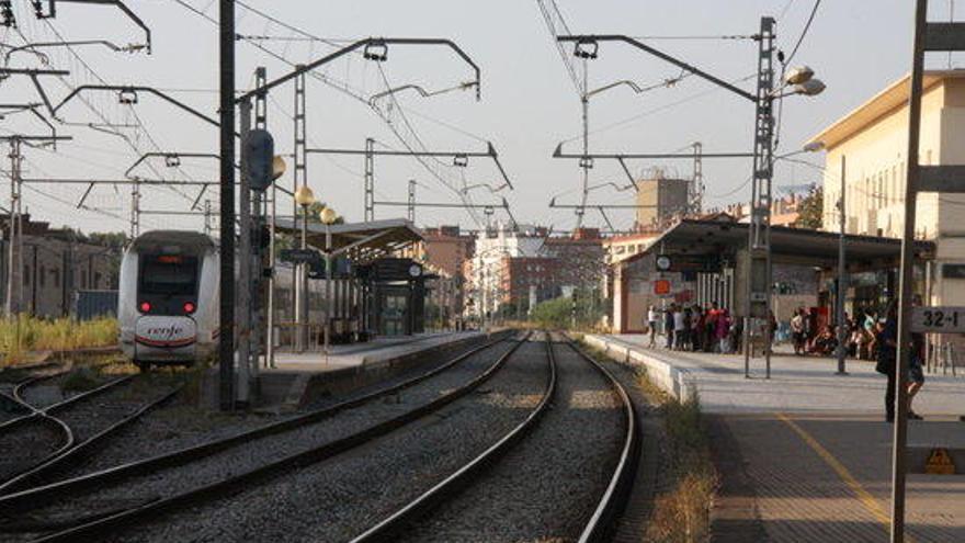L'Estat estudia suprimir els passos a nivell de Figueres o treure l'estació del centre