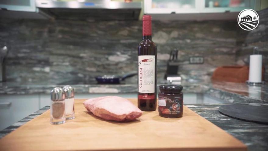 Magret d'ànec amb salsa de fruits vermells i reducció de garnatxa