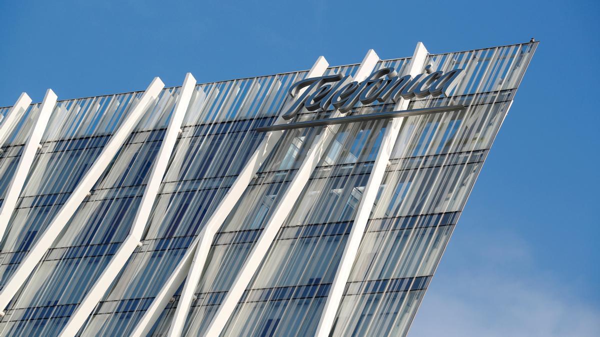 Logo de Telefónica en una de sus oficinas en Barcelona