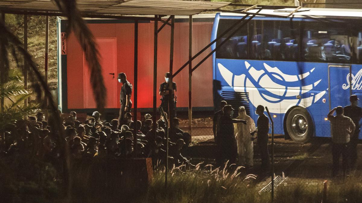 Barranco Seco alivia el hacinamiento de migrantes en el muelle de Arguinegín