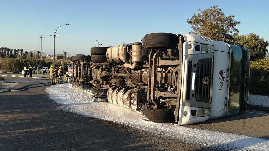 Los bomberos contienen un vertido de combustible tras un accidente
