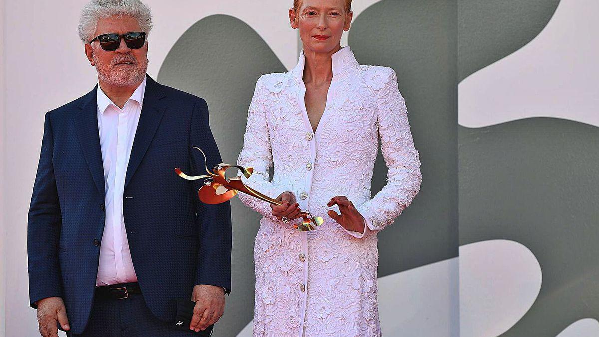 Pedro Almodóvar y Tilda Swinton, ayer, en Venecia.
