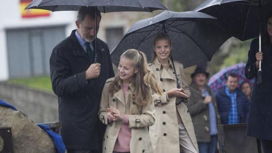 Premios Princesa de Asturias: Los Reyes, la princesa Leonor y la infanta Sofía recorren Asiegu bajo una incesante lluvia