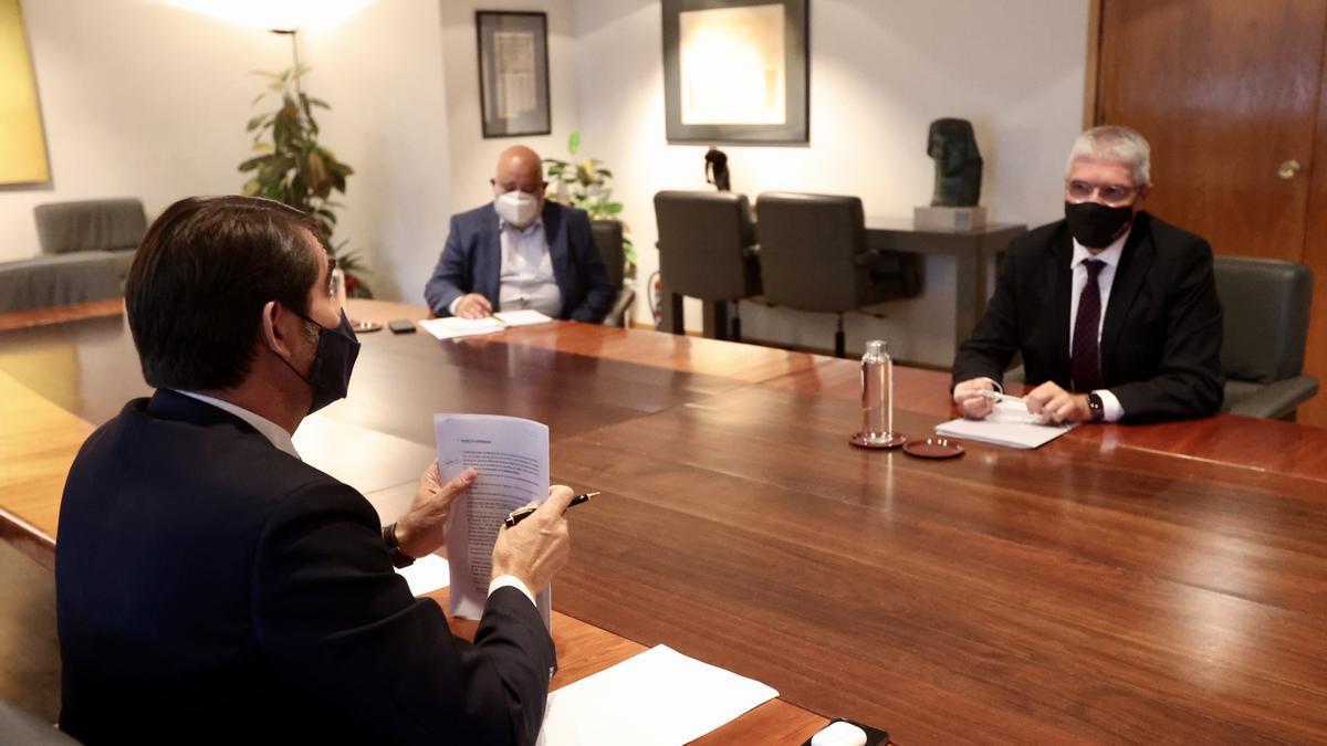 El consejero Suárez-Quiñones durante la reunión de ayer.