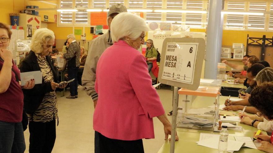Llargues cues en algunes oficines de Correus per tramitar el vot del 14F