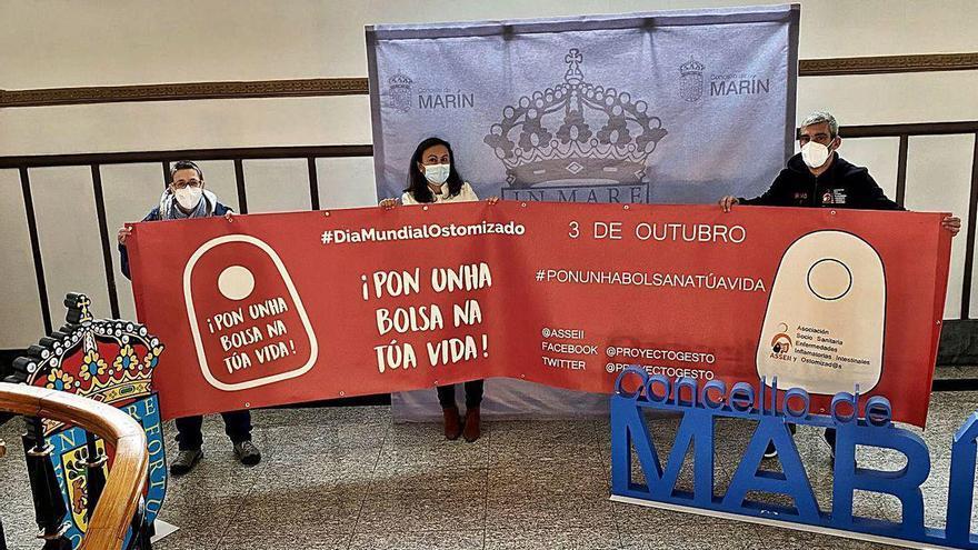 El consistorio de Marín luce una pancarta para visibilizar las ostomías
