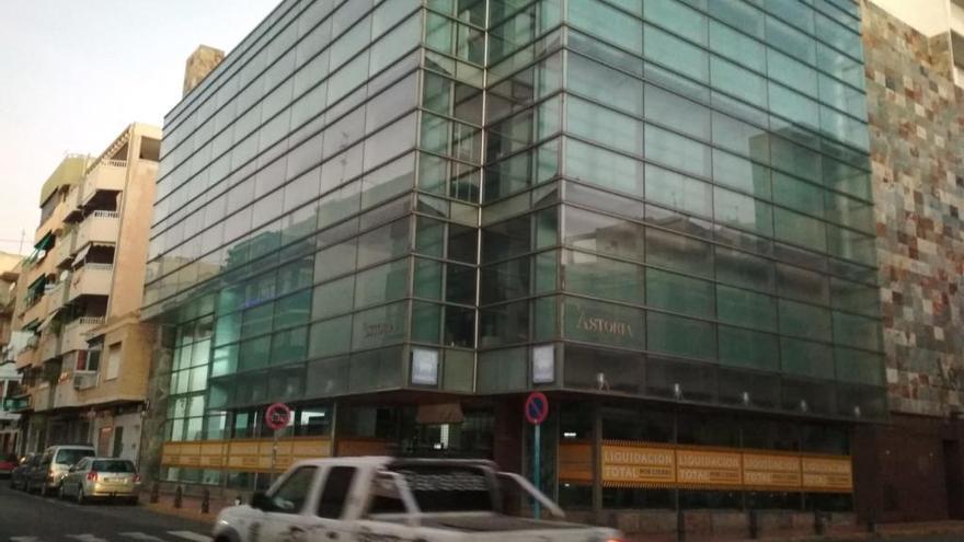 La principal tienda de moda del centro de Torrevieja, en liquidación por cierre